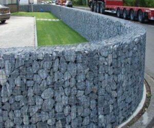 lưới với đá làm hàng rào